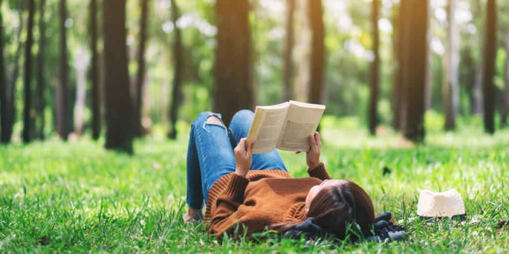 Vrouw in natuur en rust